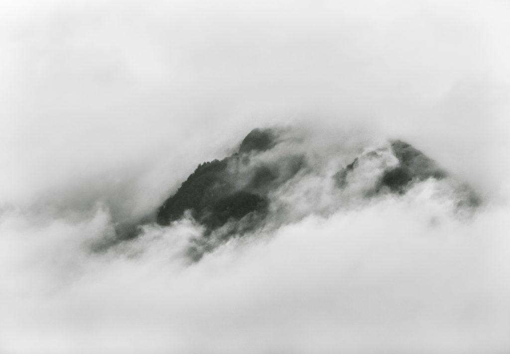 Lukisan-Pegunungan-Hitam-Putih